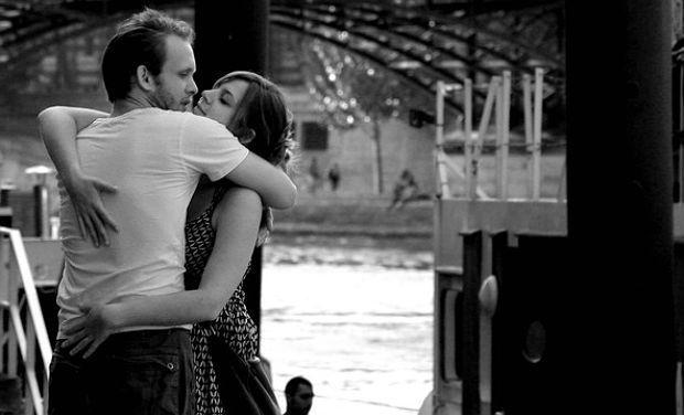 couple-hugging_5